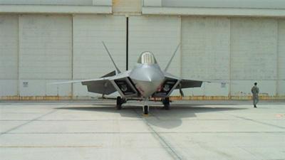 ステルス戦闘機のF22正面